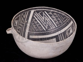 Kayenta Black-on-white Bowl with Handle